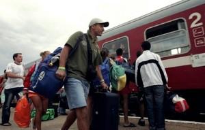 Circulaţia feroviară între staţiile Voşlăbeni şi Izvorul Mureşului a fost închisă în cursul nopţii, din cauza deraierii de o osie a locomotivei unui tren de marfă, care avea în compunere 28 de vagoane.