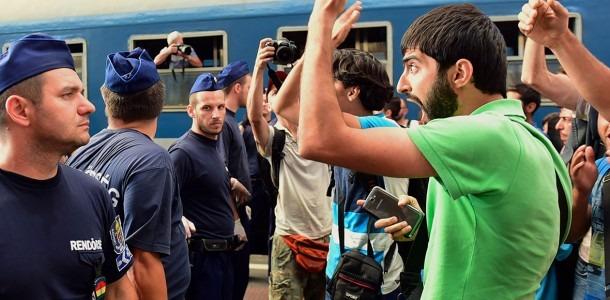 """Marturia unui POLITIST ungar: """"Unii REFUGIATI vorbesc 7 limbi. Majoritatea nu sunt infectati cu idei violente"""""""