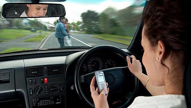 7 din 10 şoferi folosesc telefonul în timp ce conduc. Explicaţia psihologului