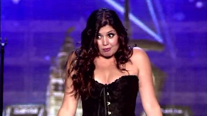 Şi-a dat rochia jos pe scenă şi i-a lăsat pe toţi muţi de uimire