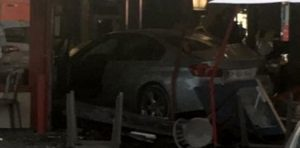 Franța: O maşină a intrat într-o pizzerie plină cu oameni