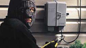 Un tânăr de 19 ani, prins la furat de cablu electric